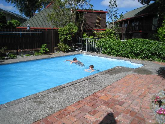 Ashford Motor Lodge: Kids enjoying the pool