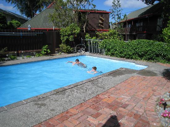 أشفورد موتل لودج: Kids enjoying the pool