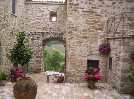 Relais L'Antico Convento : the inner courtyard (i think they do wedding in this arch)