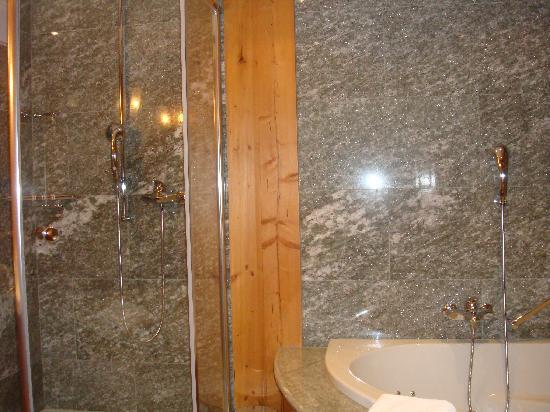 Riffelalp Resort 2222 m: Bathroom in double chalet