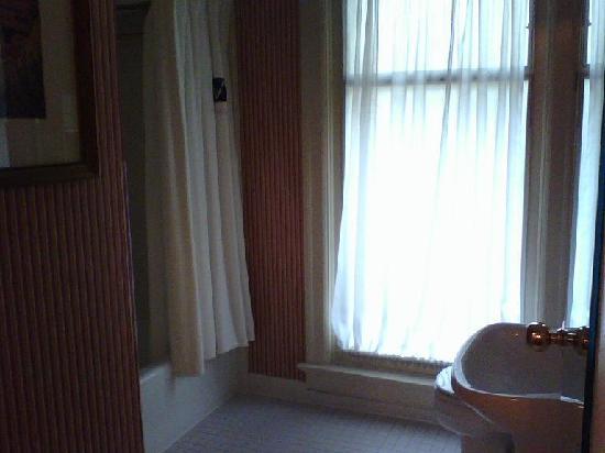 Kimpton Hotel Vintage Portland: vintage bathroom