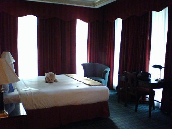 Kimpton Hotel Vintage Portland: room and desk