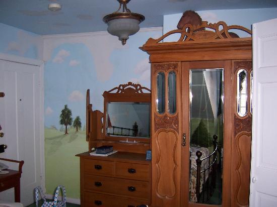 إيلك فورج بد آند بركفاست: Room on 3rd floor armoir and bureau