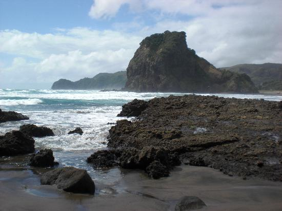 6 самых интересных пляжей с черным песком