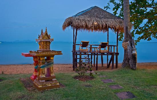 Amber Sands Beach Resort: An early evening view of the bay