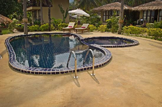 Amber Sands Beach Resort: The Swimming Pool - they even serve drinks out here