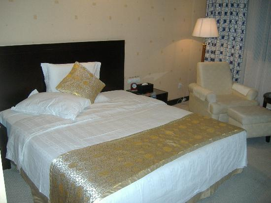 Picturesque Hotel: king bed
