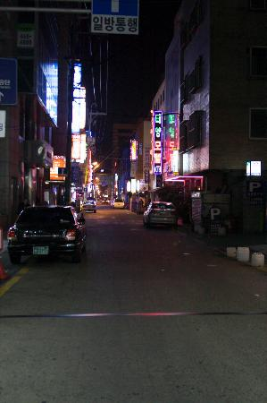 Arirang Hotel: Alley behind building