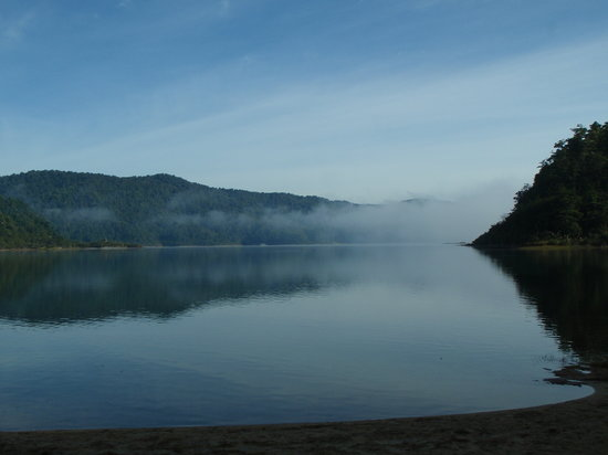 Hawke's Bay Region, Nueva Zelanda: Misty Lake Waikaremoana morning