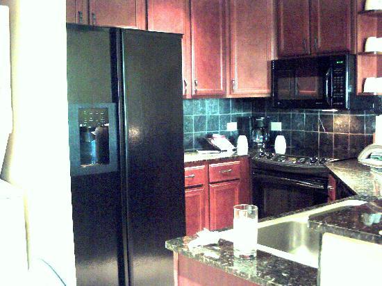 Wyndham La Cascada: Full kitchen with granite counters