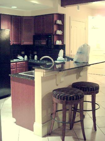Wyndham La Cascada: Kitchen with bar