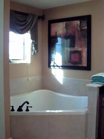 Wyndham La Cascada: Master bathroom with window