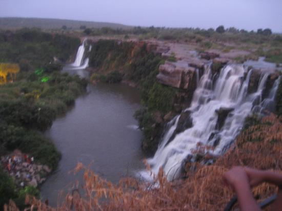 Nagarjuna Sagar, Indie: View of Ethipothala from Garden- last waterfall is difficult and fun to go.