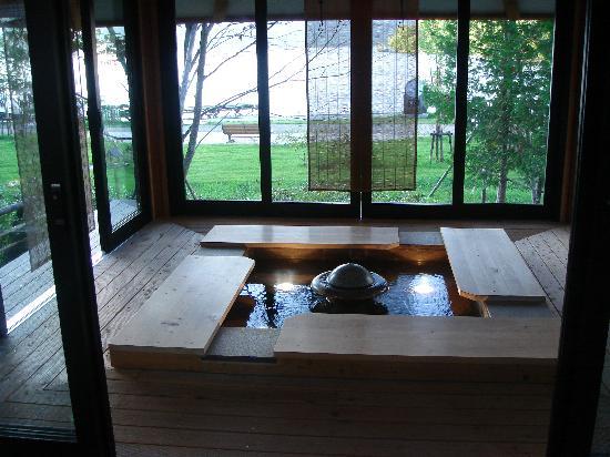Hinanoza: 湖を見ながらの足湯