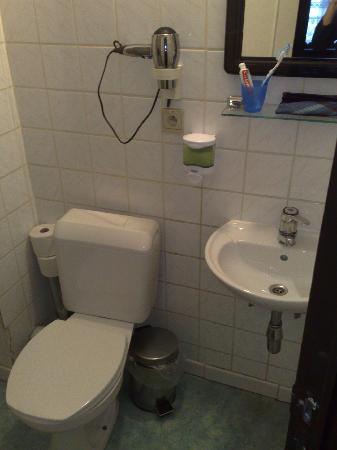 Shower again with built on soap dispenser picture of - Built in soap dispenser in bathroom ...