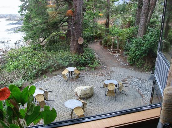 Wickaninnish Inn and The Pointe Restaurant : Our room looking down to patio/trail