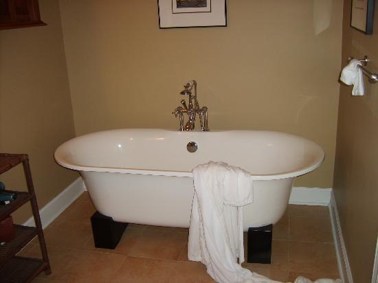 Water's Edge Inn: Soaking tub in Charleston Room