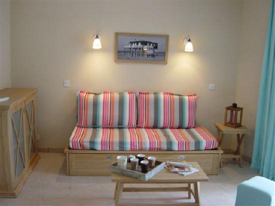 Pierre & Vacances Résidence Les Dunes du Médoc : Le séjour très coloré, au mobilier élégant