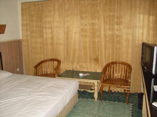 Duta Hotel: Guest room. There is no window behind the curtain