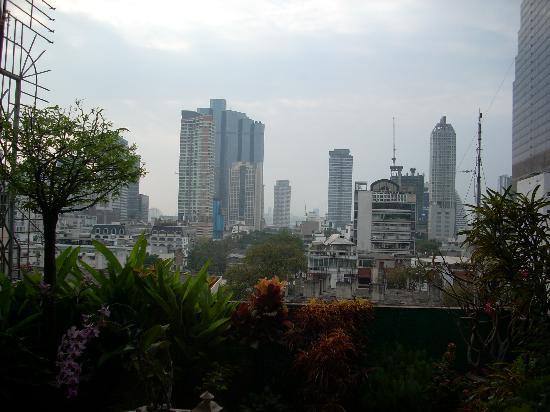 La Residence Bangkok: vu de la terrase sur les immeubles