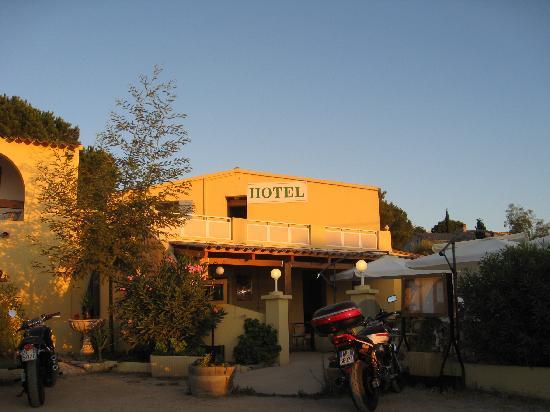 Hotel U Liamone : esterno dell'hotel con esterno x colazione