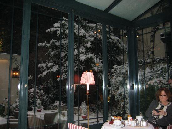 Hotel de l'Abbaye Saint-Germain : a bit of snow outside the garden