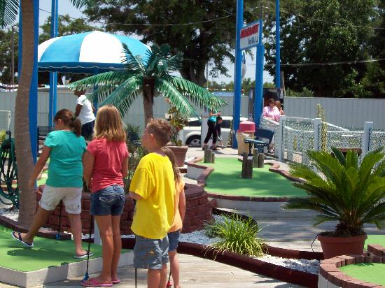 Fast Eddies Fun Center: Funtastic Mini-Golf
