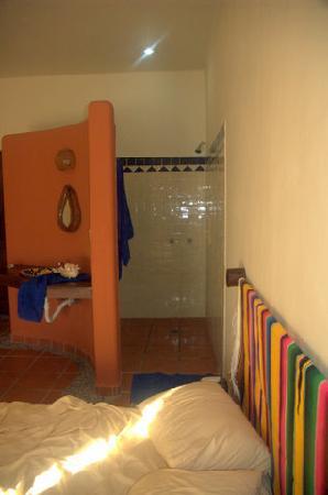 Lo Nuestro Petite Hotel: Bathroom Wall