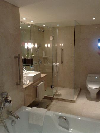 Holiday Inn Bangkok Silom: Excellent new bathrooms (club floor)