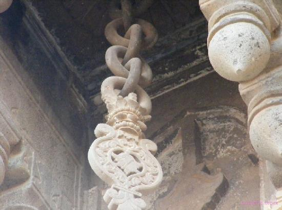 Bijapur, India: Chain made of single stone
