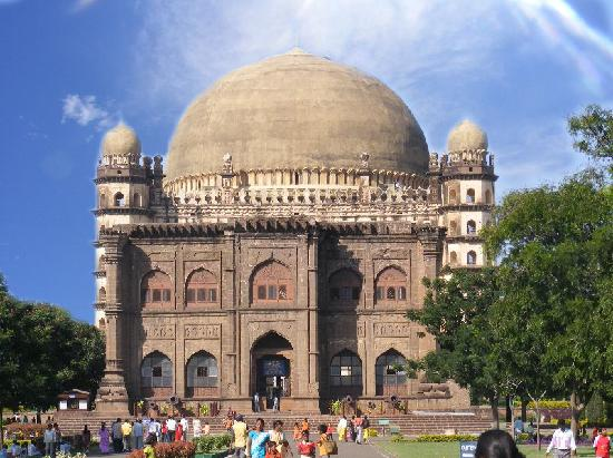 Bijapur, Indie: The museum infront of Gol Gumbaz