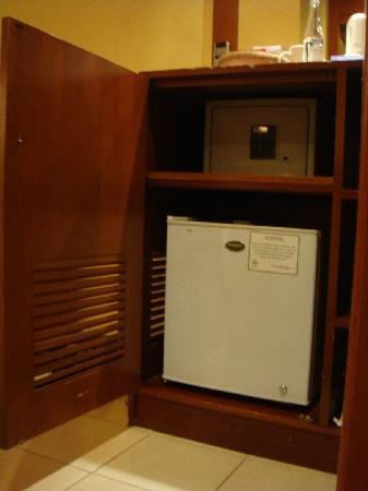 Bali Dynasty Resort: mini bar & safe-deposit room 803