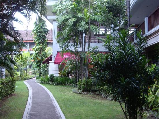 Bali Dynasty Resort: pathway to pool area