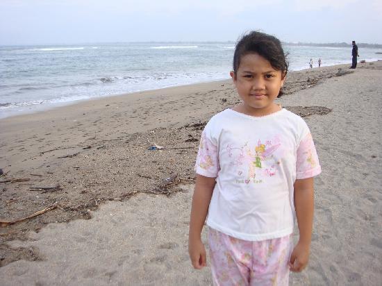 Bali Dynasty Resort: dirty beach