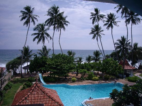 Hotel Lanka Super Corals: swimming pool and Indian Ocean