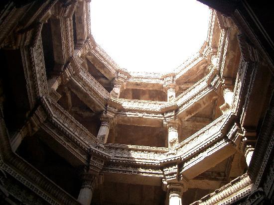 Ahmedabad, India: 階段井戸の底から空を見上げる…。