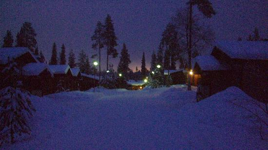 Kuusamo, Finlandia: Ruka Log Cabins by twilight
