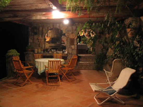 La Grotta dei Fichi: The veranda at night