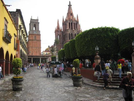Canal street in centro picture of san miguel de allende for Jardin san miguel de allende