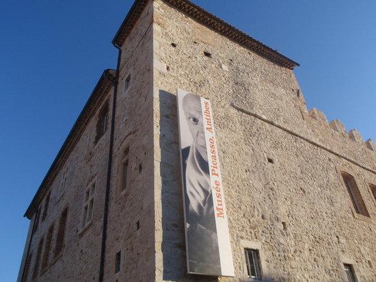 Musée Picasso: 外観(グリマルディ城)