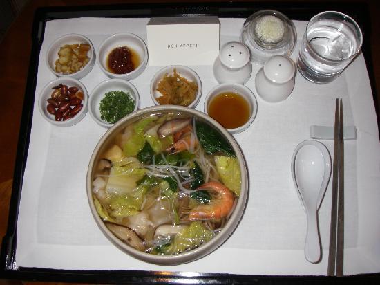 The Shilla Seoul: ルームサービスで注文したワンタンヌードルです。