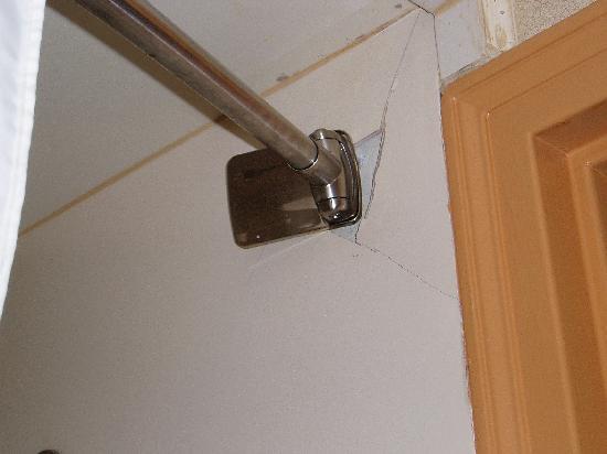Quality Inn Waynesboro : Bathromm..falling apart.