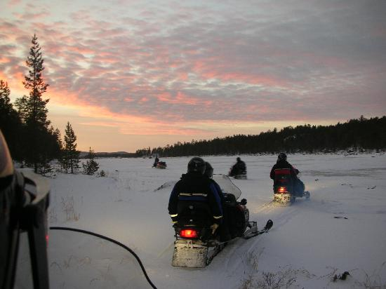 Nellim Wilderness Hotel: Snowmobiles over the lake