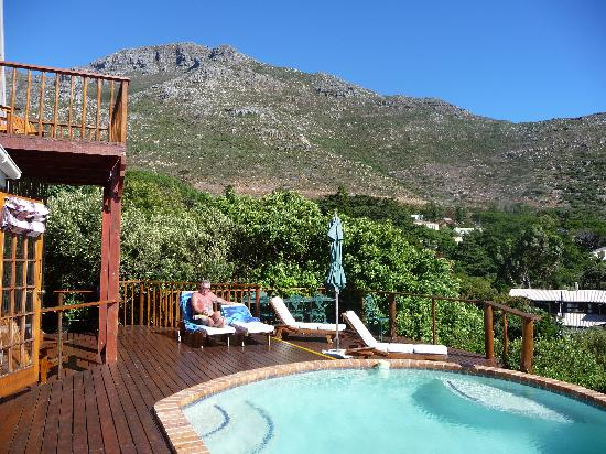 Amblewood Guest House: Relaxing by the pool