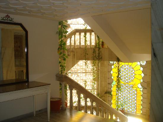 Hotel Hilltop Palace: Stained Glass by Elevator