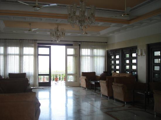Hotel Hilltop Palace: Back Lobby