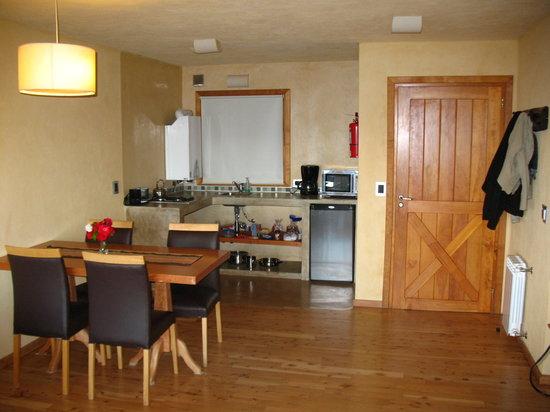 Lirolay Suites: Sector cocina-comedor