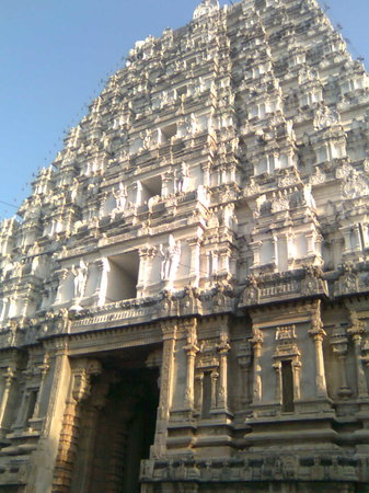 Tirupati, Indien: first gopuram --- walking to tirumala
