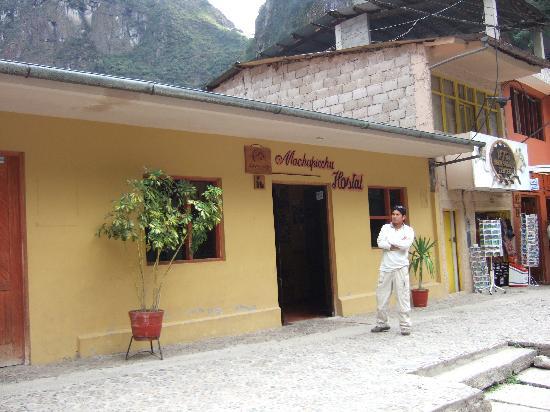 Hostal Machu Picchu: 線路側正面