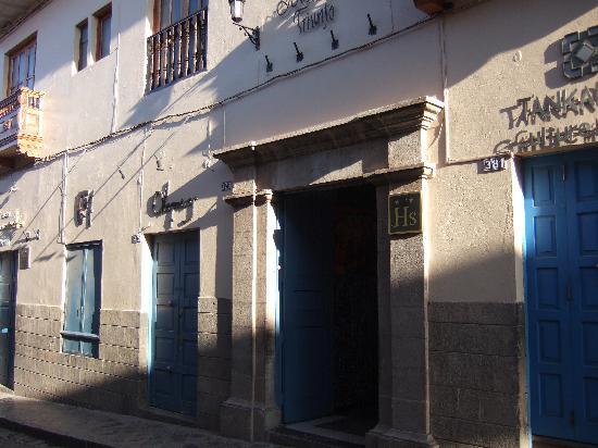 Hostal El Triunfo: ホテルの入り口です。画廊を抜けてレセプションは2階にあります。